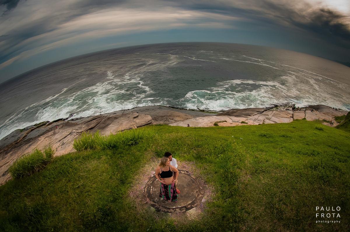 fotografia aérea do casal, com praia ao fundo e horizonte.