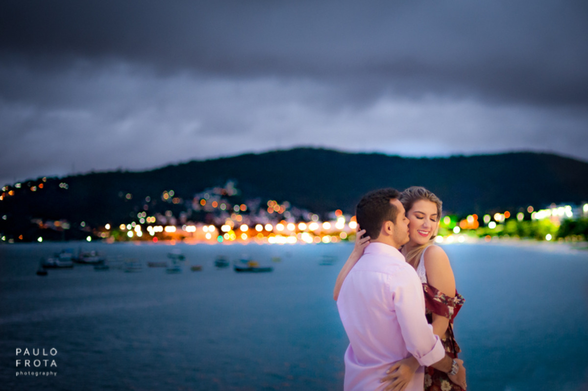 casal abraçado praia charitas