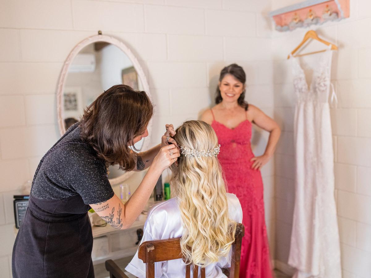 Mãe, a amiga maquiadora e o vestido desenhado pela noiva.