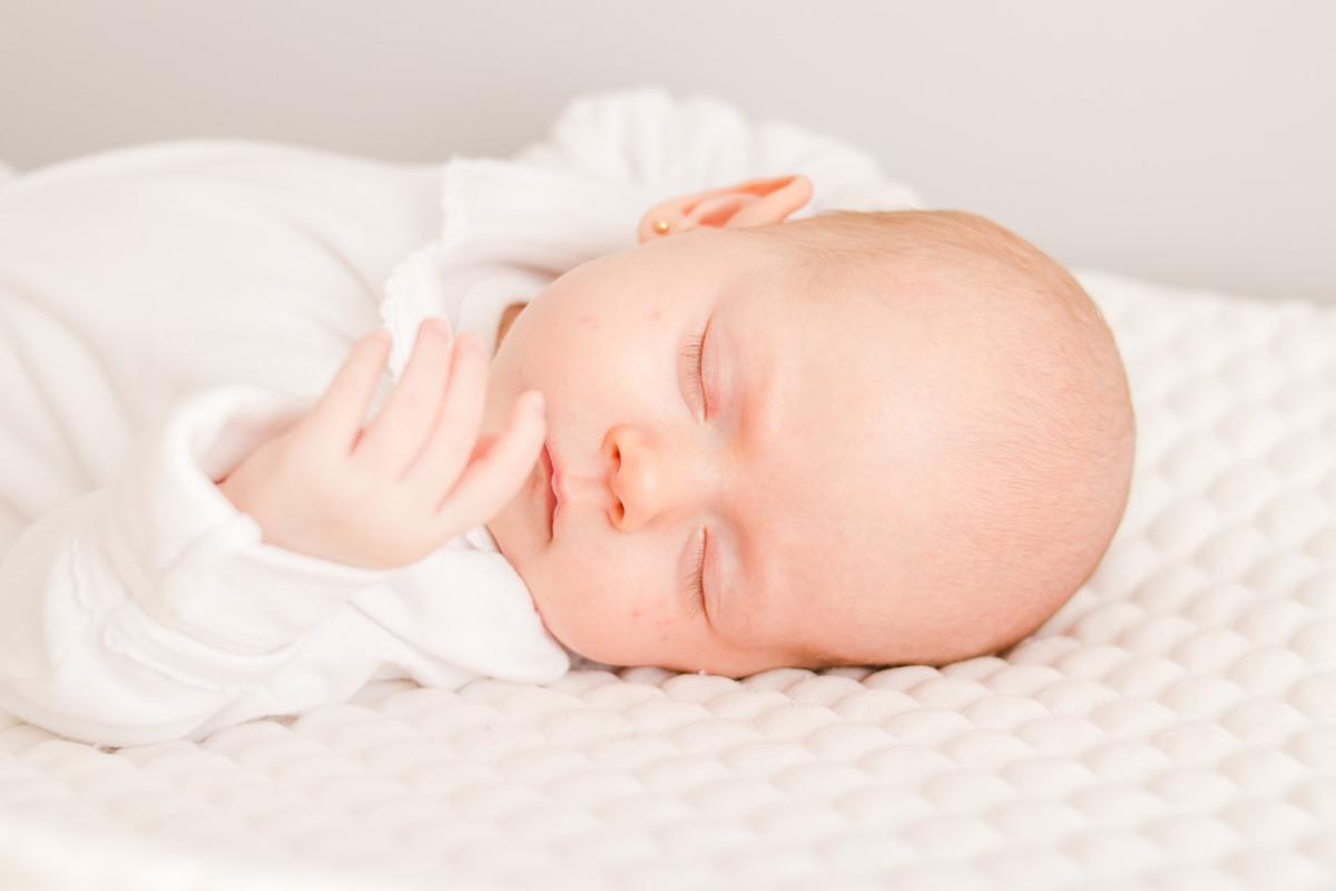 bebê recém nascido deitado dormindo