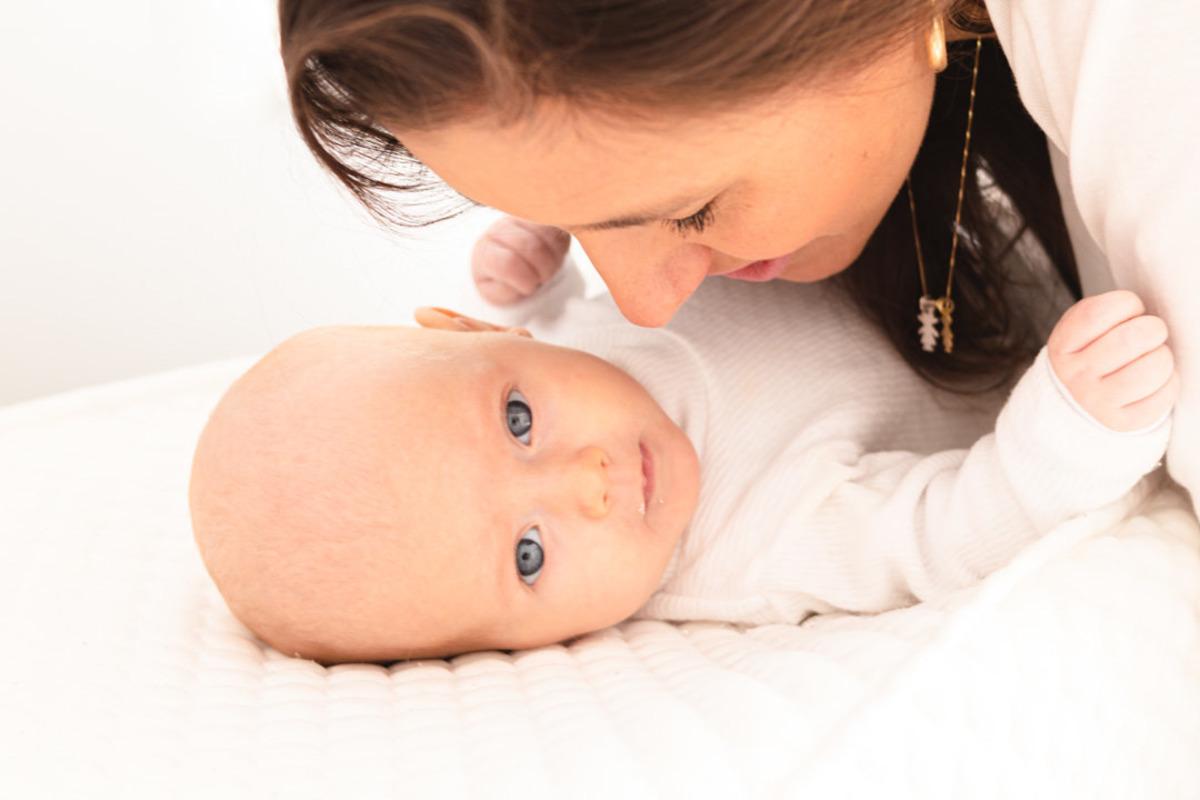 bebê recém nascido deitado com a mãe