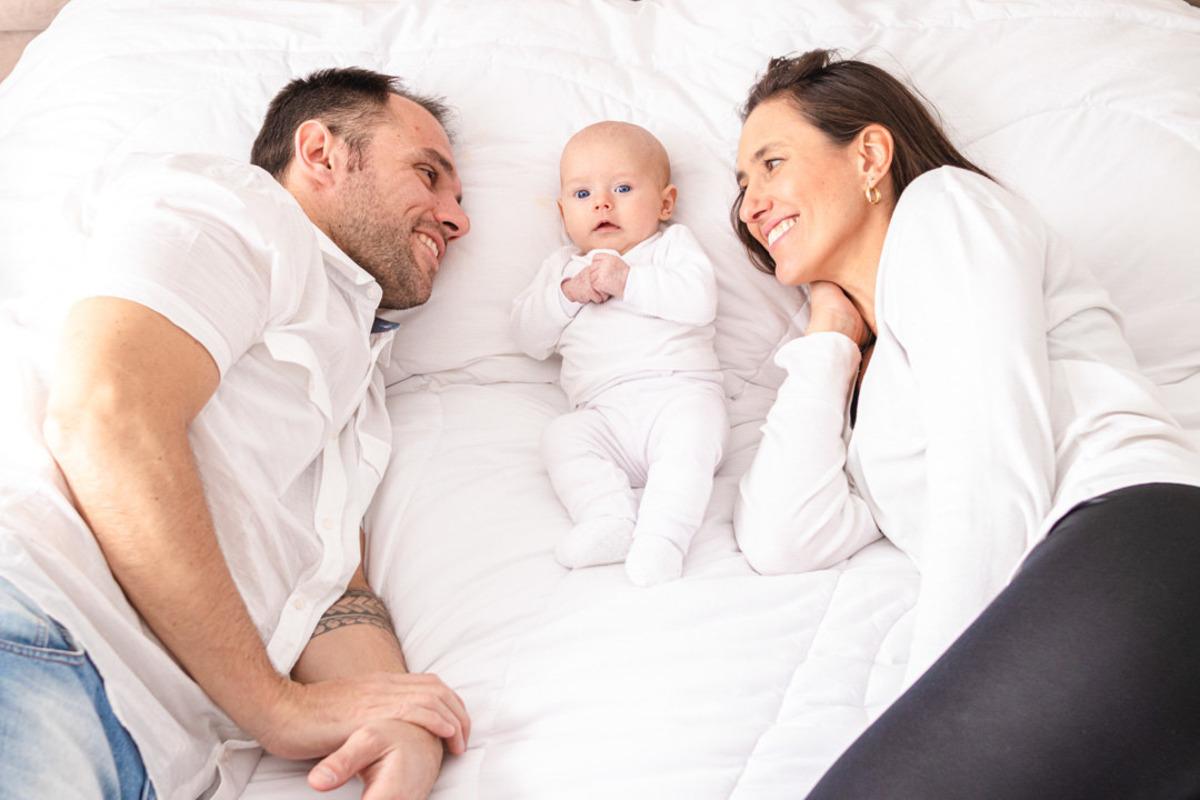 bebê recém nascido deitado com pai e mãe