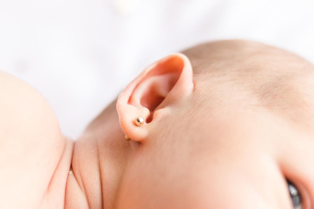 detalhes da orelha de bebê recém nascido