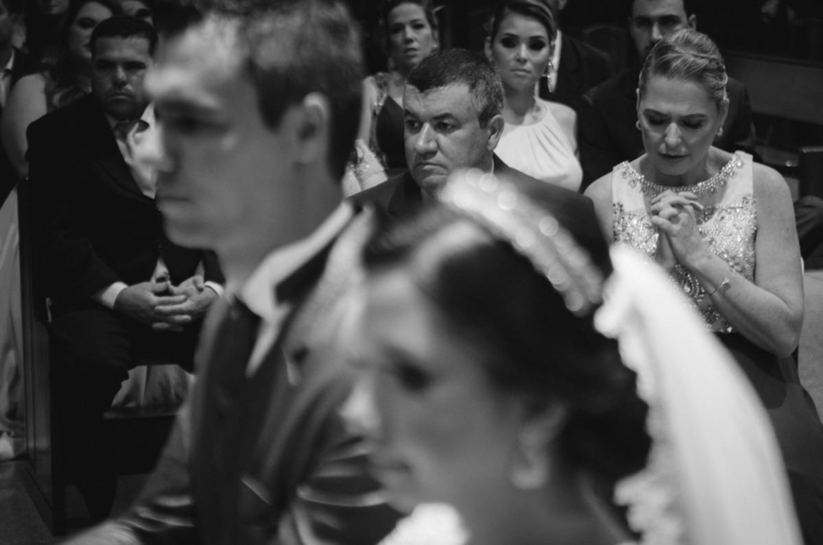 Fotografia no casamento onde a mãe do noivo faz essa oração para a vida do novo casal...