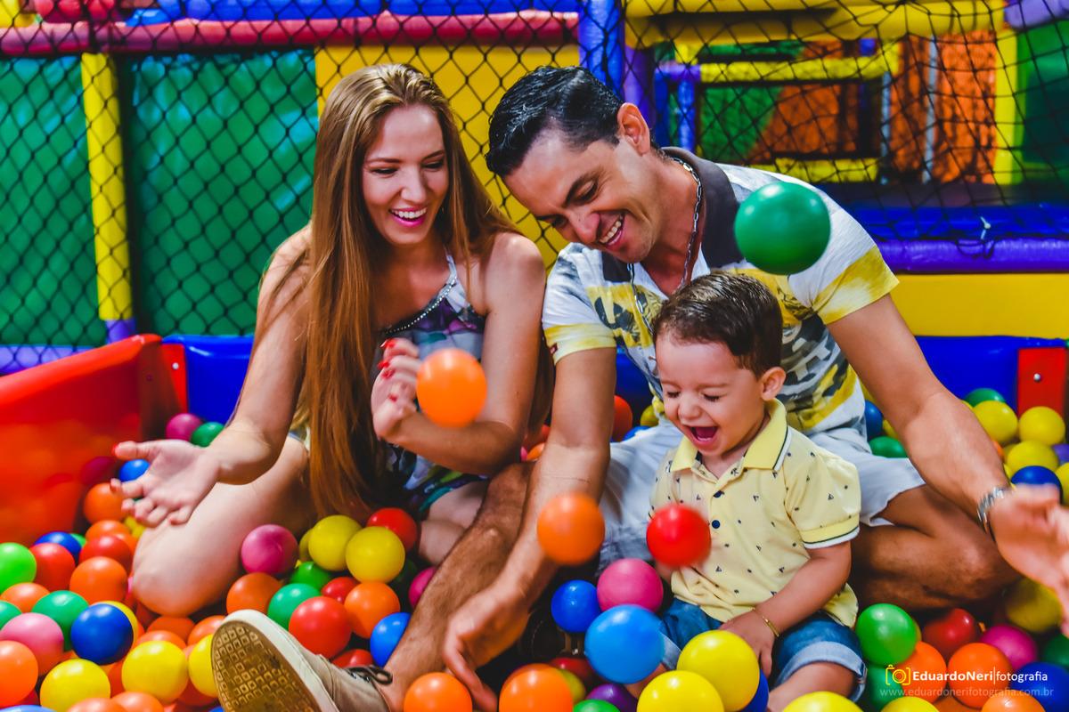 Fotografia infantil num momento de família super descontraído