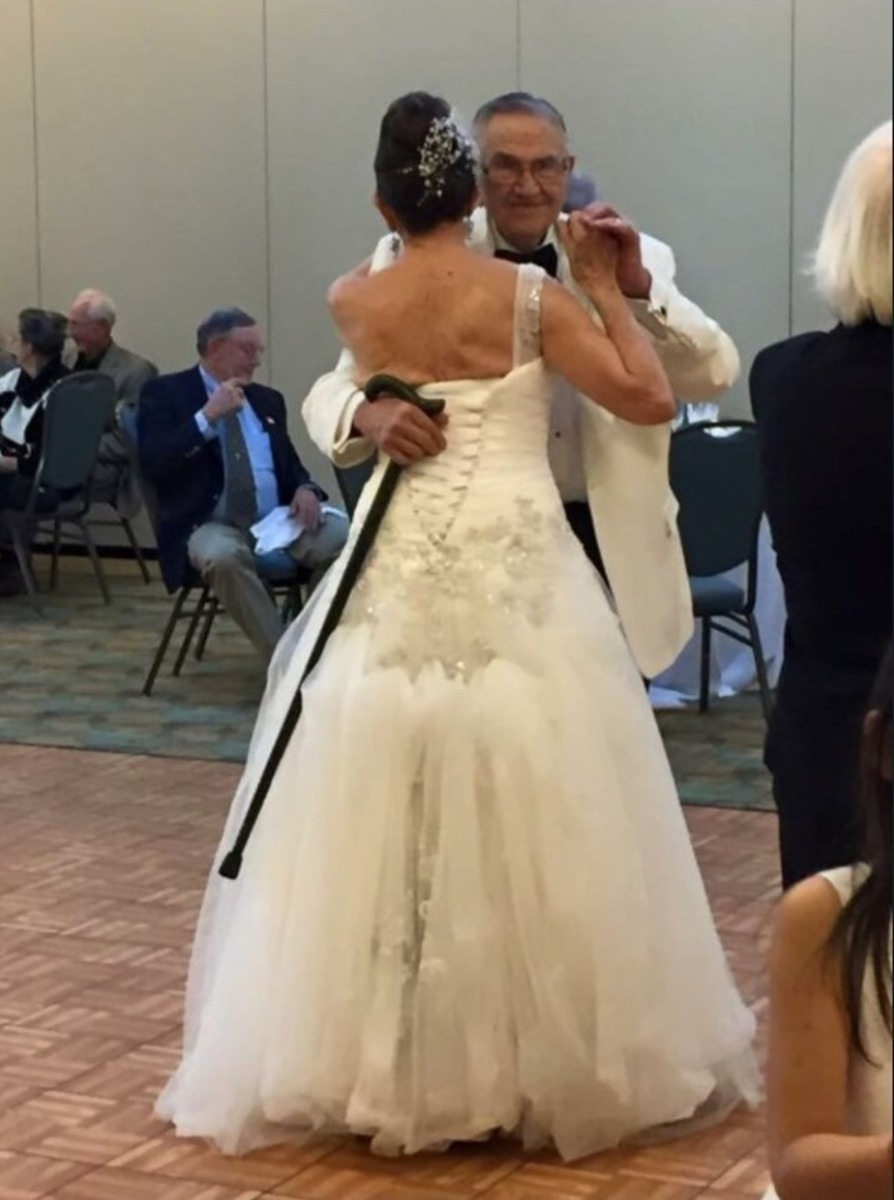 Casal de idosos dançando a valsa dos noivos