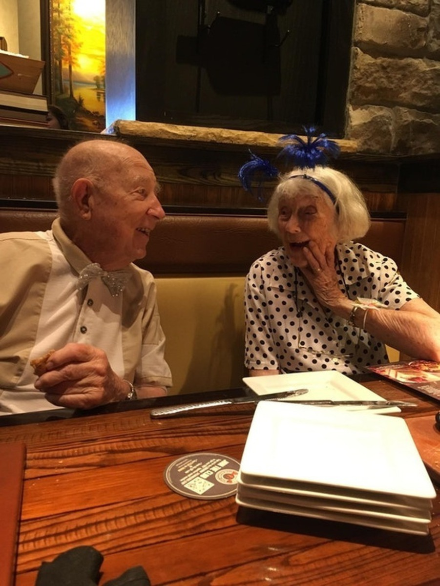 Casal de idosos jantando e dando risada juntos