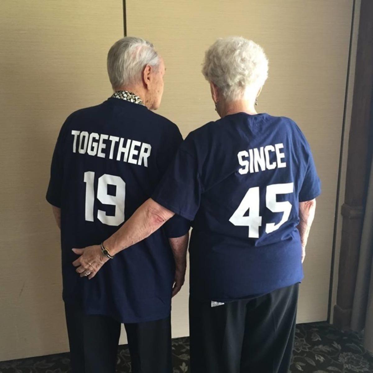 casal de idosos com roupa combinando