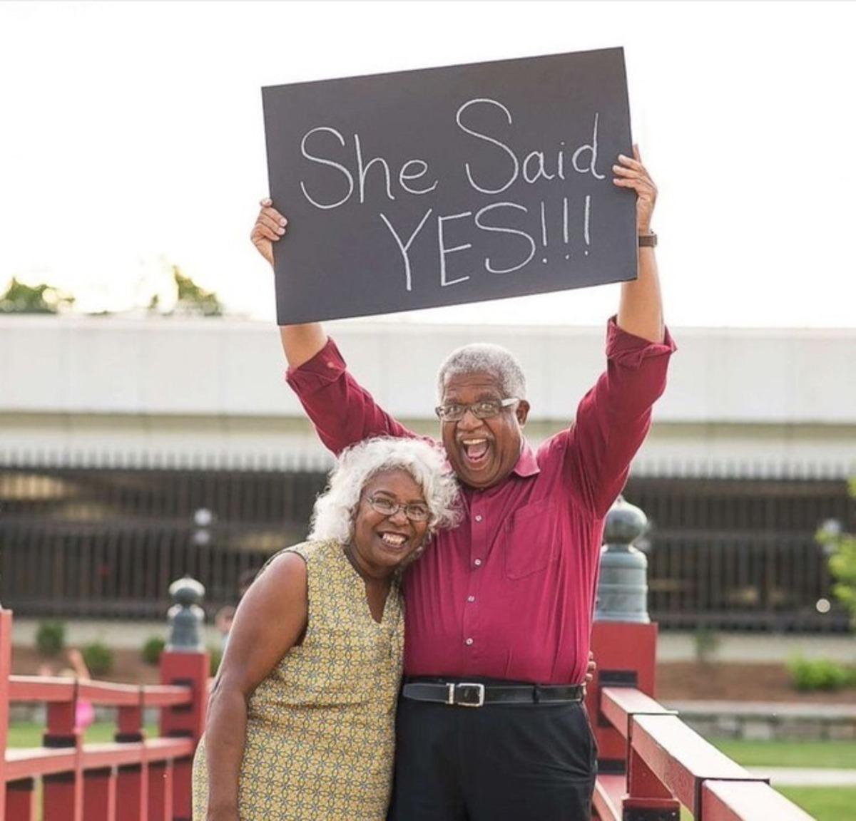 Ela disse sim ao pedido de casamento dele