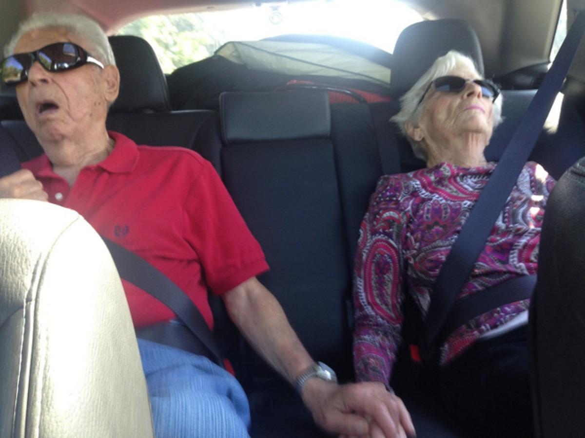 Casal de idosos com as mãos dadas dormindo