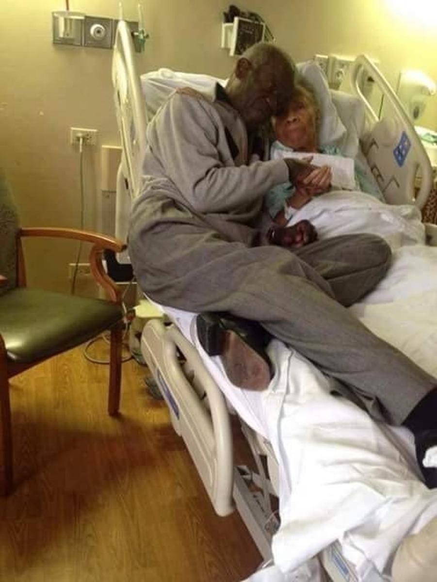 Marido acompanhando esposa no hospital