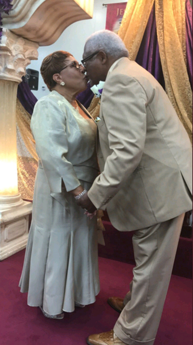 Idosos comemorando 50 anos de casados com um beijo