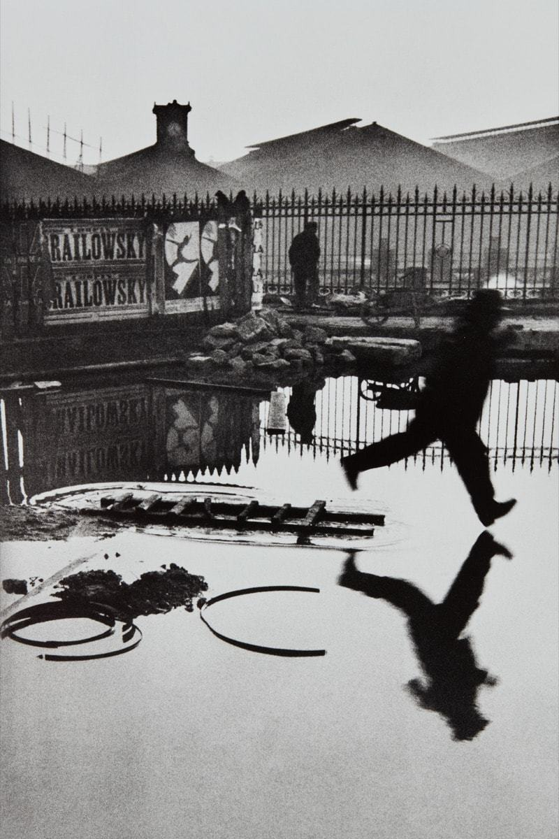 Derrière la Gare Saint-Lazare — Foto de Cartier Bresson (1932) um dos registros fotográficos mais famosos do mundo, a maneira que as formas geométricas dançam mesmo que paradas na fotografia, guiam o olhar por um ritmo bem particular daquele momento.