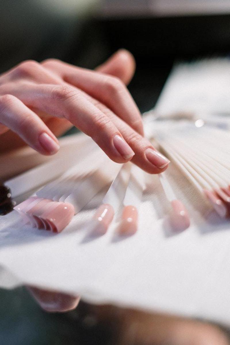 manicure trabalhando salão de cabeleireiros