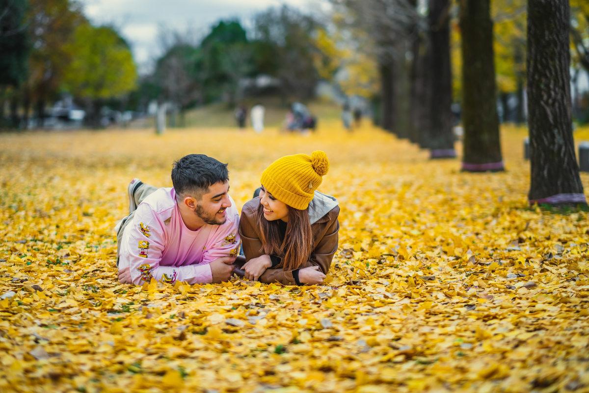 fotografo brasiliero no japao, ensaio de casal no japao, fotos de outono o japao, parque com folhas amarelas, outono no japao, ensaio de outono no japao
