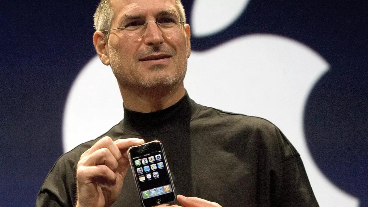 Steve Jobs no lançamento do primeiro iPhone em 2007.